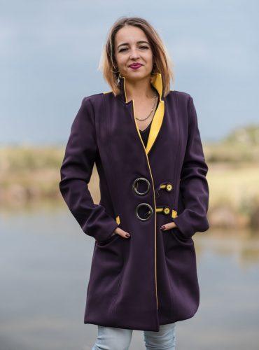 Manteau violet et jaune